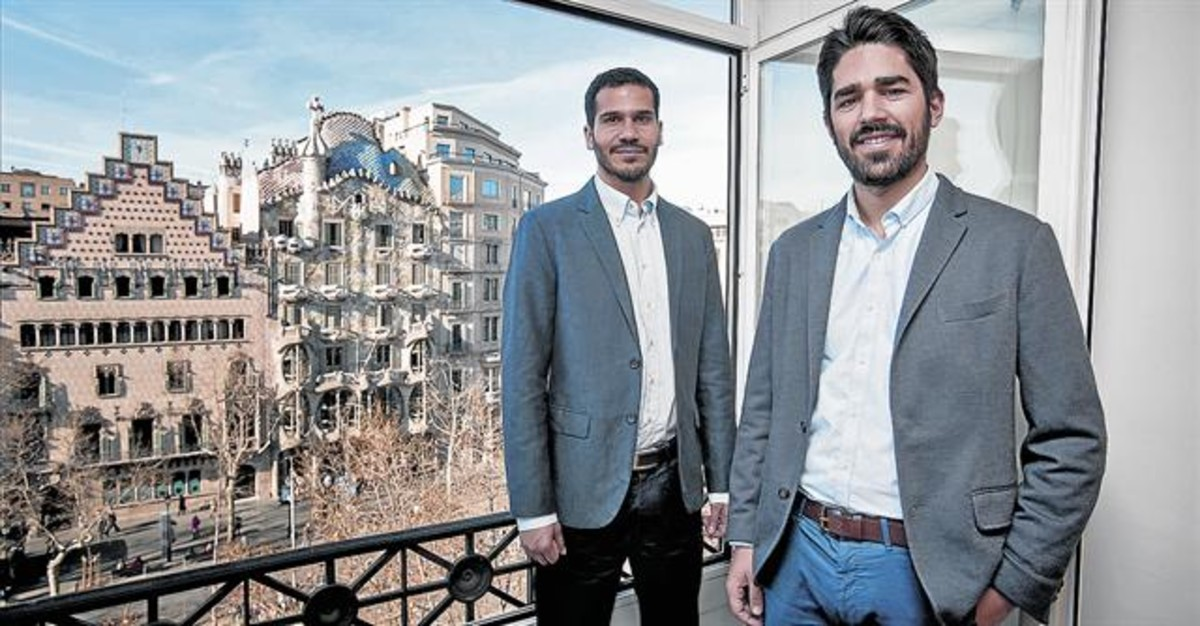 SATISFACCIÓN. Navajo y Mancía posan en las instalaciones del despacho en el paseo de Gràcia de Barcelona.