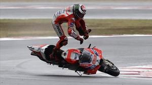 La caída de Jorge Lorenzo en Misano cuando iba primero.