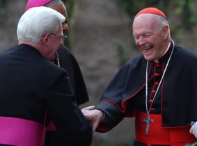 El cardenal de Washington Theodore McCarrick somriu amb els bisbes William P. Fay i Wilton Gregory, en una imatge darxiu.
