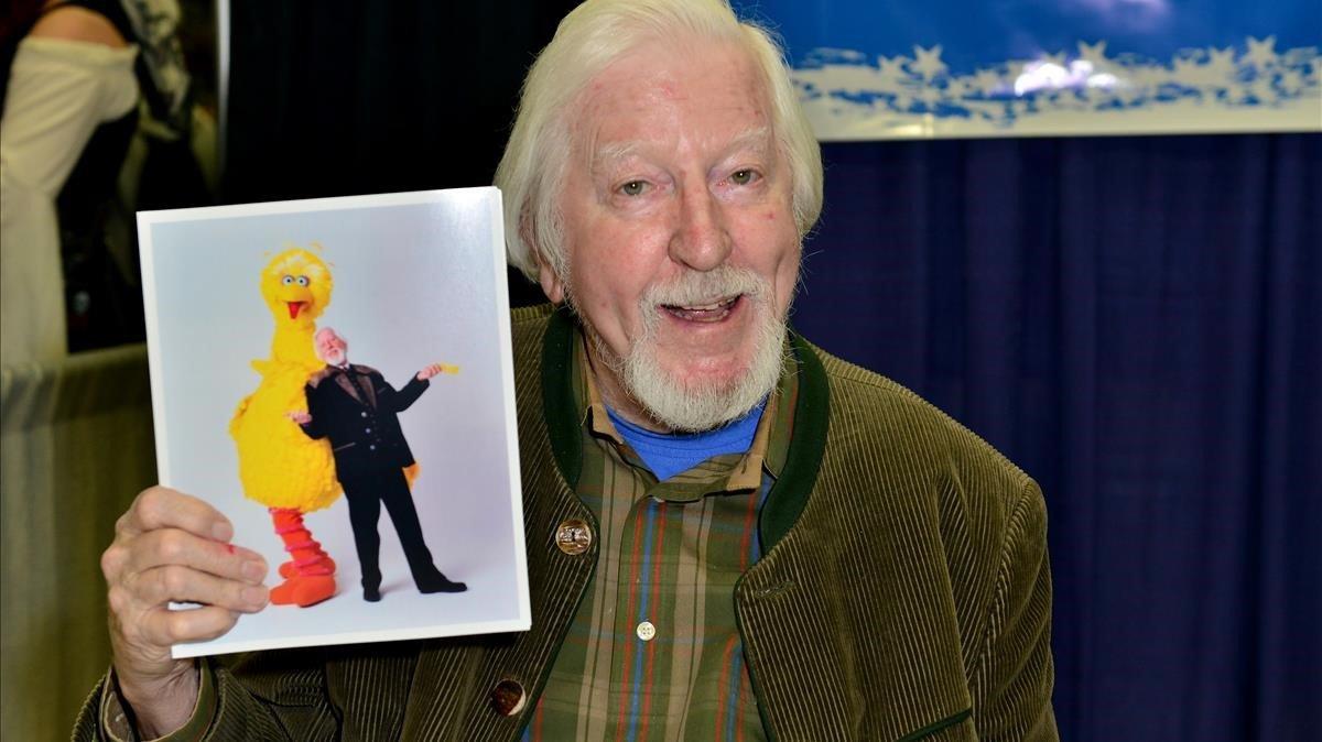 Carroll Spinney muestra una fotografía suya con 'Big Bird', en una imagen del 2016.