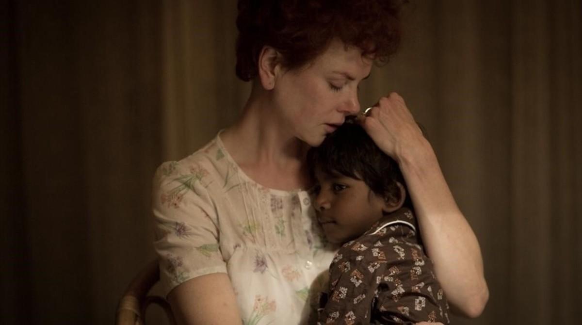 Nicole Kidman y Sunny Pawar, en una escena de la película Lion.