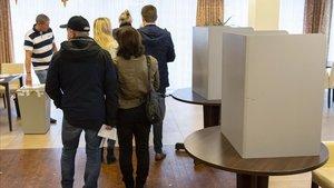 Ciudadanos de la región alemana de Turingia ejercen su derecho a voto en Erfurt.