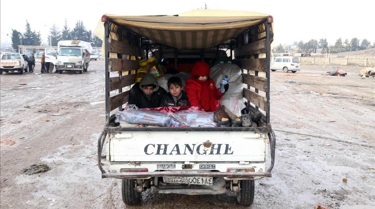 Civiles evacuados de Alepo, en una camioneta, a su llegada a Khan al-Assal, este jueves.