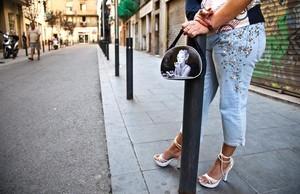 Una prostituta de la calle de Robador, en Ciutat Vella, espera la llegada de clientes.
