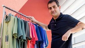Santi Simon muestra algunos de los polos de vestir de Batech con tejido que incorpora las técnicas de las prendas deportivas.