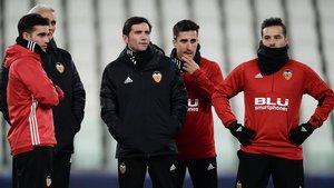Marcelino, entrenador del Valencia (de azul), durante el entrenamientoen Turín.
