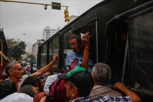 Colas en Caracas para coger el bus.