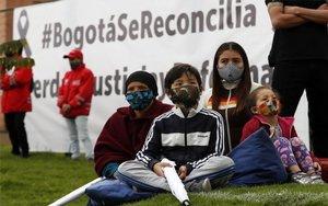 Personas se reúnen en Bogotá, Colombia, para frenar la violencia policial.