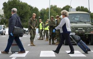 Soldados del Ejército español, desplegados en el aeropuerto de Palma de Mallorca en el marco de las medidas contra la propagación del coronavirus.