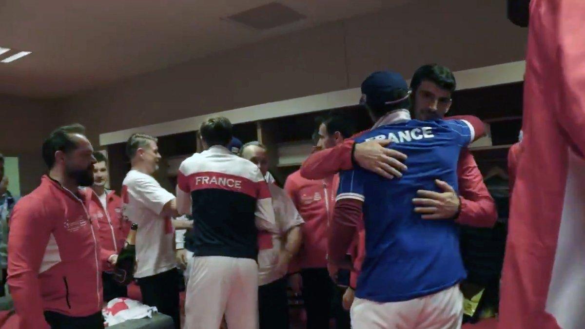 El abrazo del capitán francés, Yannick Noah, a los tenistas croatas.