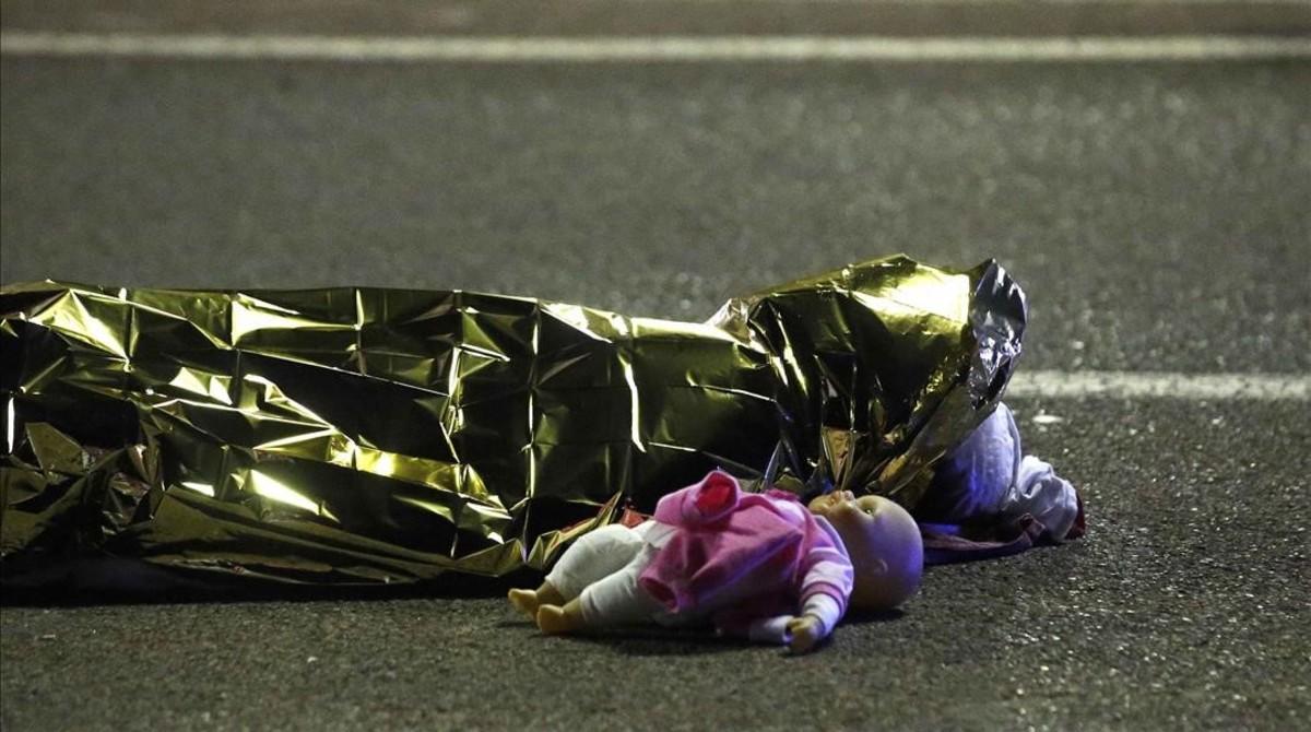 Un cuerpo de un menor, junto a una muñeca, yace en el suelo sin vida, en Niza.