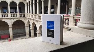 Ejemplar de la nueva 'Gramàtica de la Llengua Catalana', en la sede del Institut d'Estudis Catalans (IEC), en Barcelona.