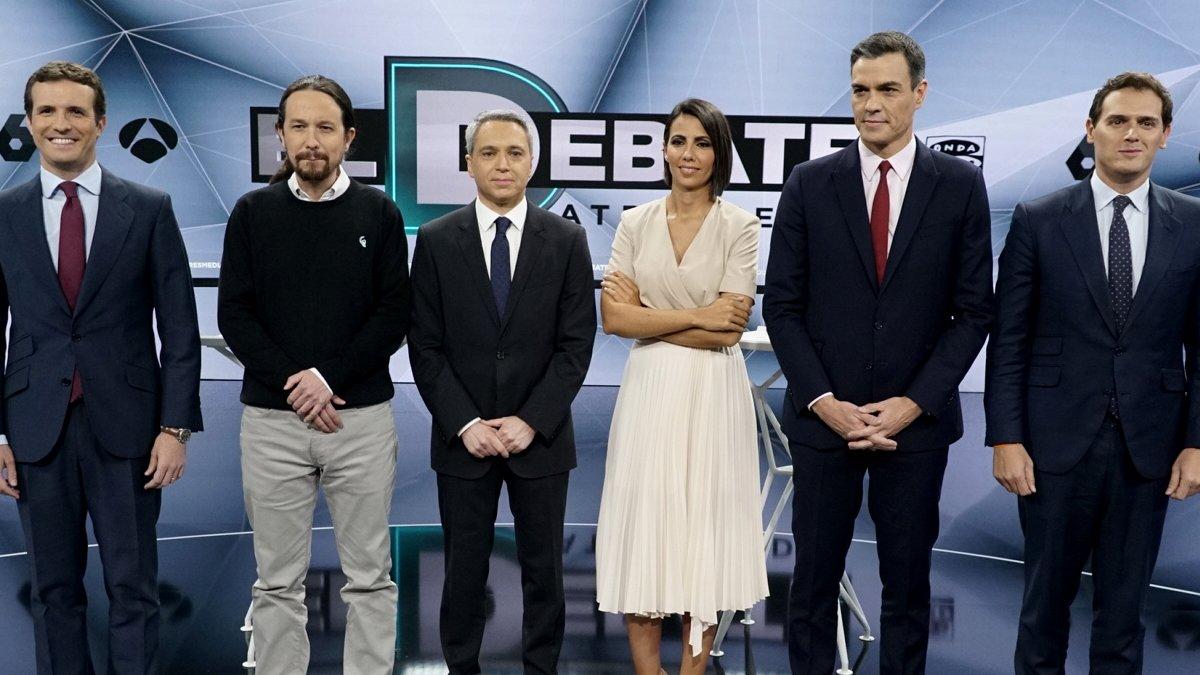 Los cuatro candidatos junto a Vicente Vallés y Ana Pastor.