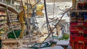 Derrumbe del techo de un supermercado Eroski en Palma de Mallorca este domingo.
