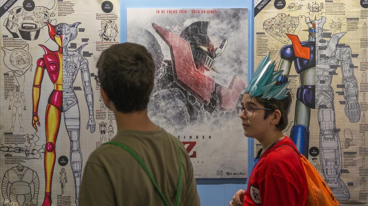 Detalle de la exposición de Mazinger Z en el Salón del Manga; en medio, el cartel de la película que se estrenará el próximo enero.