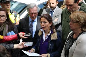 La directora del Institut Joan Fuster, Maria Dolors Peramon, atiende a los medios, junto al alcalde de Barcelona, Xavier Trias, y a la consellera de Ensenyament, Irene Rigau.