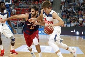 Doncic conduce el balón presionado por el azulgrana Perperoglou en un reciente Barça-Madrid