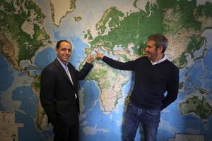 Arnaldo Muñoz, director general de Airbnb para España y Portugal (a la derecha de la imagen), y Chris Lehane, responsable mundial de Asuntos Públicos de Airbnb, durante la presentación del informe del impacto económico de la plataforma.