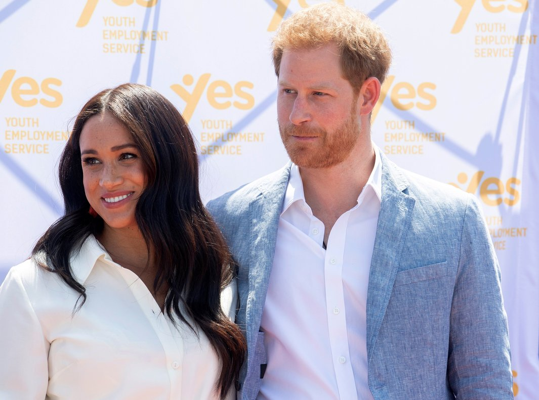 Johannesburg (South Africa), 02/10/2019.- Britain's Prince Harry (R), the Duke of Sussex, and his wife Meghan (R), the Duchess of Sussex, visit the Tembisa township to learn about the 'Youth Employment Services' (YES), in Johannesburg, South Africa, 02 October 2019. The Duke and Duchess of Sussex are on an official visit to South Africa that concludes later the same day. (Duque Duquesa Cambridge, Sudáfrica, Reino Unido, Johannesburgo) EFE/EPA/FACUNDO ARRIZABALAGA / POOL