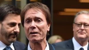 Cliff Richard habla para los medios ante el tribunal, este miércoles.