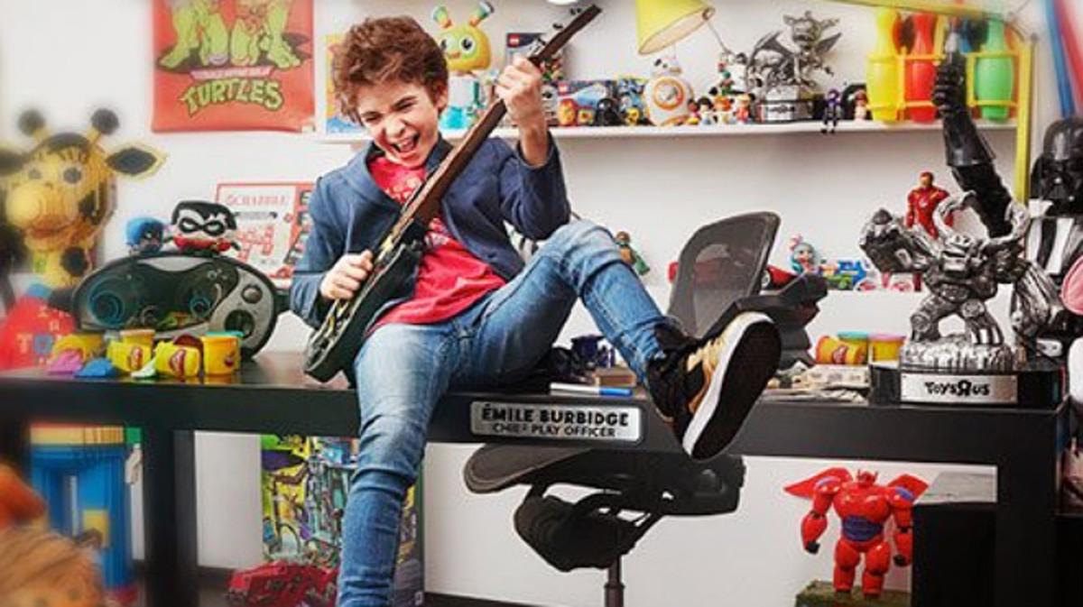 Emile Burbidge, a sus 12 años, es el nuevo presidente de diversión general de Toys 'R' Us.