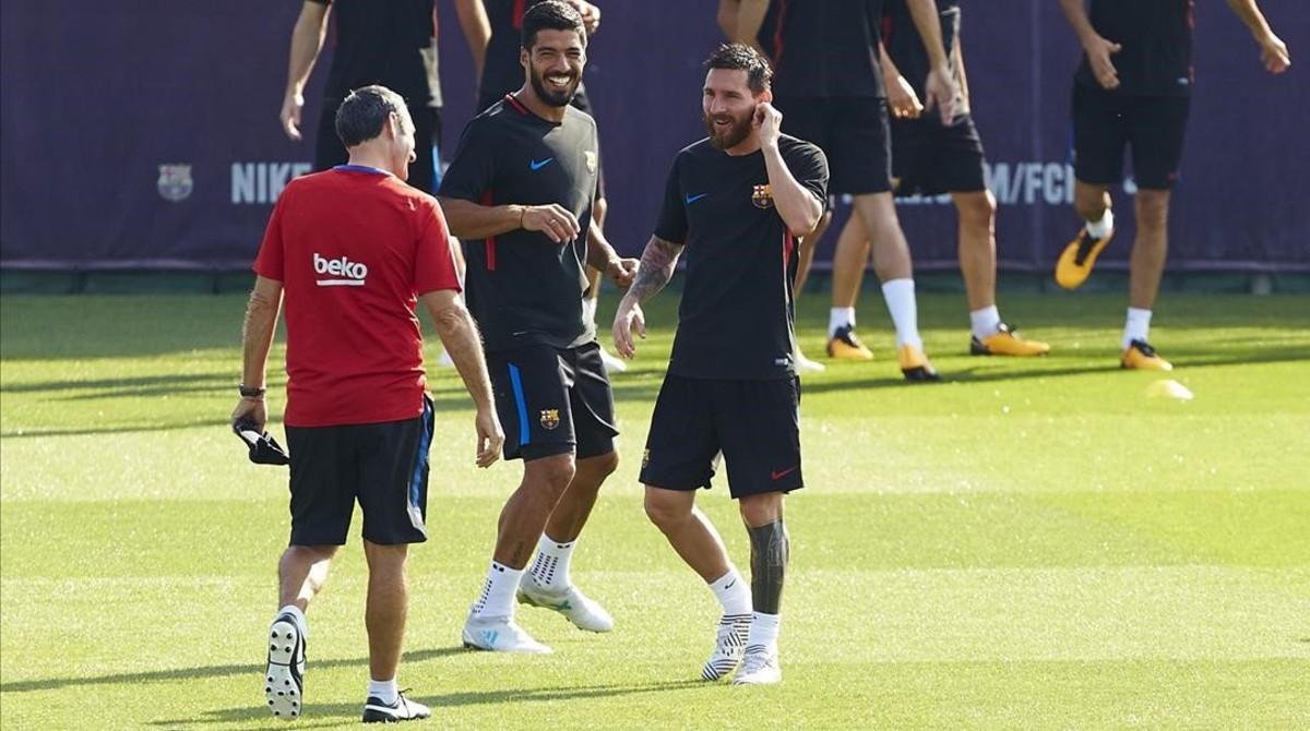 Ernesto Valverde habla con Messi y Suárez durante el entrenamiento de este lunes en Sant Joan Despí.