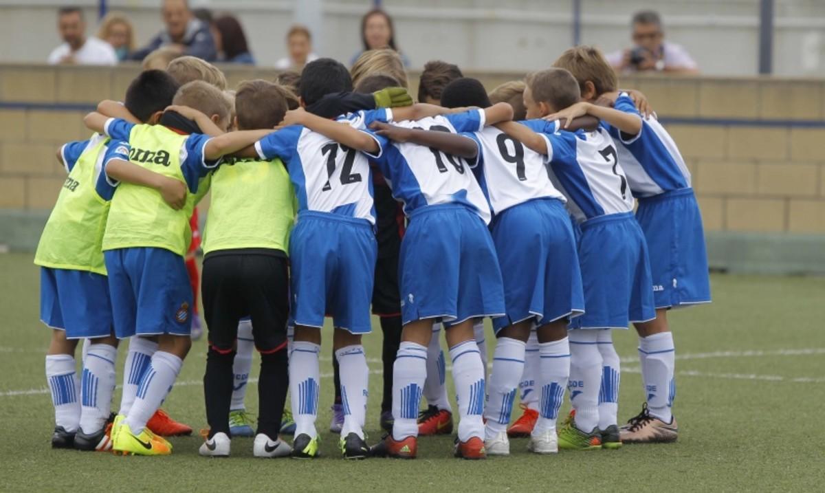 """L'entrenador del prebenjamí de l'Espanyol nega """"l'abús"""" del 25-0"""