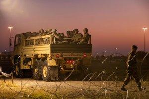El gobierno de los Estados Unidos envía soldados a la frontera con México.Photo by Andrew CullenAFP