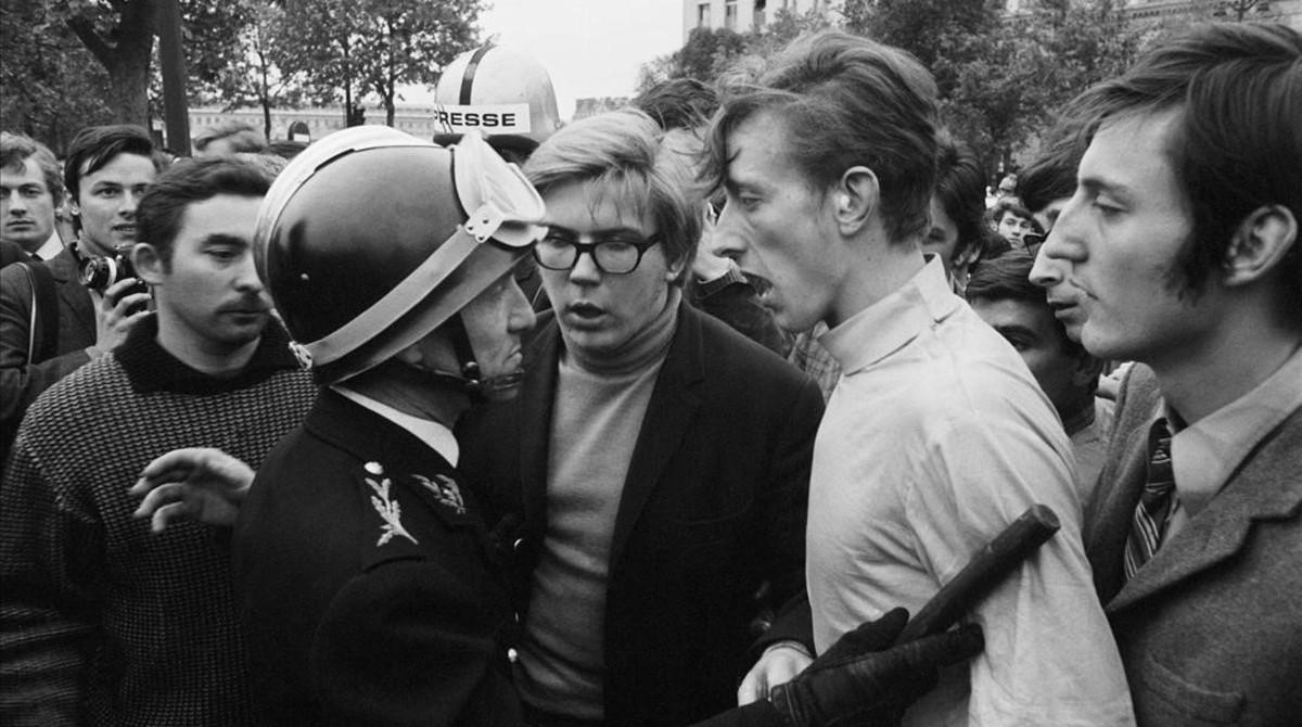 Estudiantes de Mayo del 60 discuten con policías en una manifestación en París.