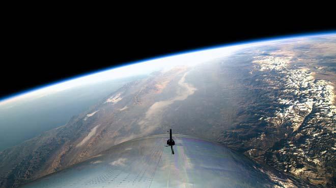 Éxito del primer vuelo comercial al espacio de Virgin con tripulantes. En la imagen, la Tierra vista desde el avión de Virgin Galactic.