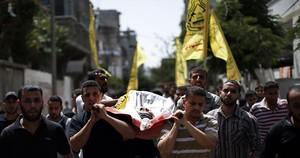 Familiares de un palestino muerto en Gaza llevan a hombros el cadáver durante el funeral, este sábado.
