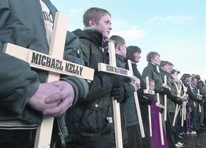Familiars d'algunes de les víctimes del 'Bloody Sunday' en un acte d'homenatge als morts.
