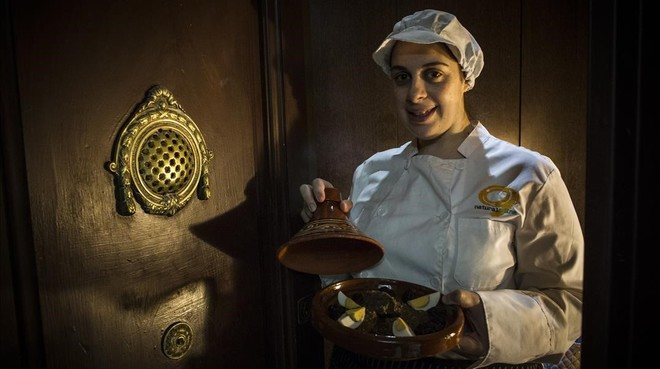 Emma, en la puerta de su casa, muestra una de sus especialidades caseras: 'tajine' de ternera con ciruelas.