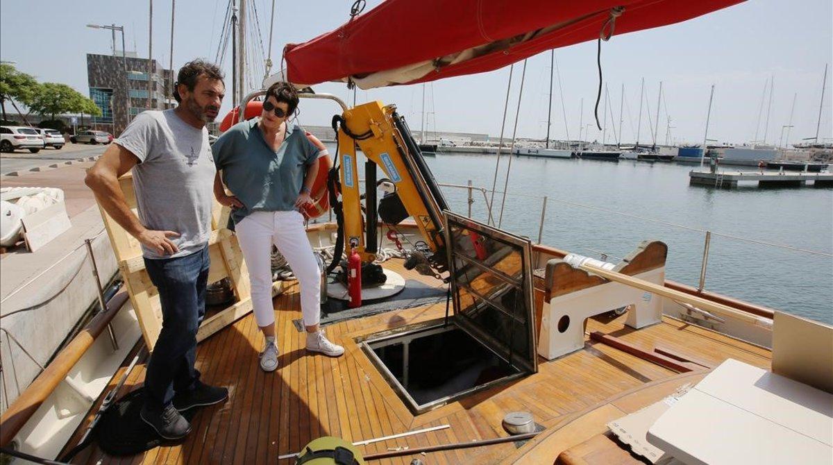 Francesca Fritz-Prguda conversa con Òscar Camps a bordo del 'Astral', uno de los barcos de la oenegé OpenArms, en Badalona.
