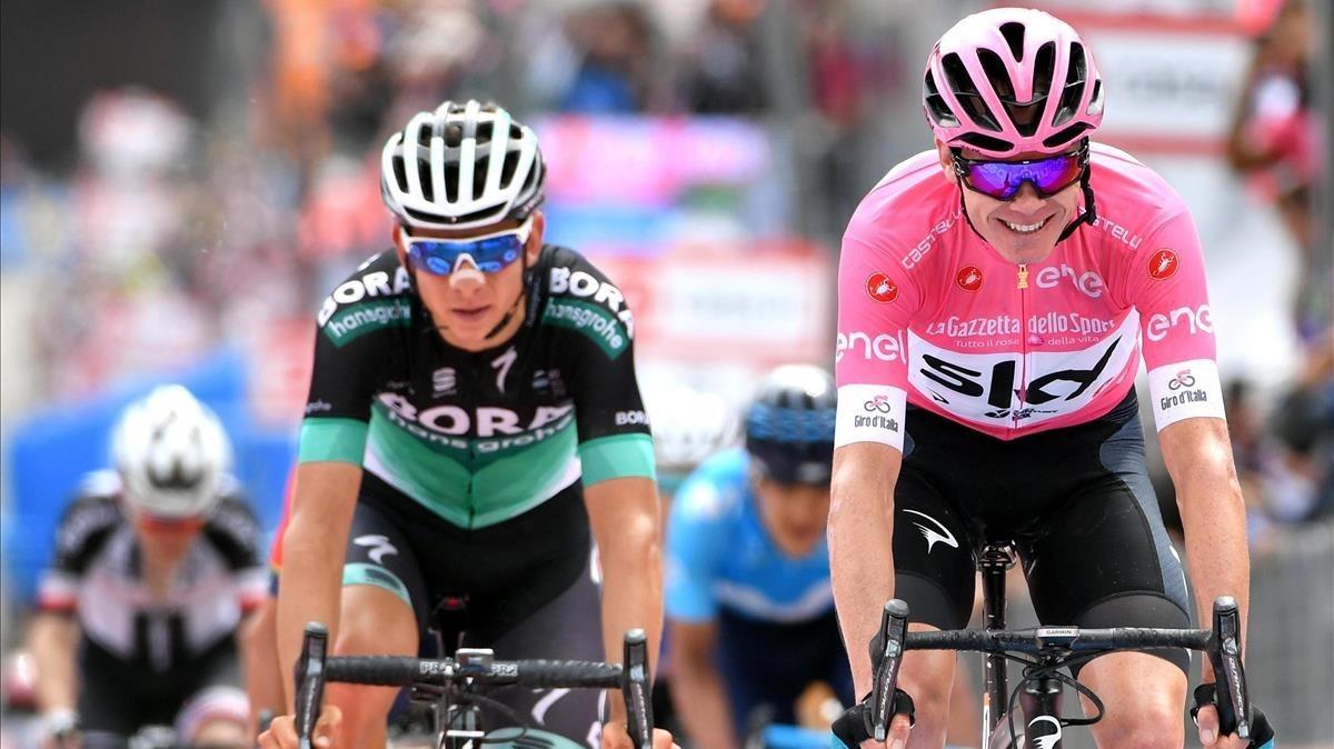 Froome cruza sonriente la meta de Cervinia como virtual ganador del Giro.