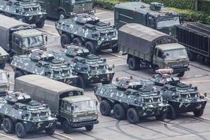 Fuerzas paramilitares chinas junto al estadio de Shenzhen.