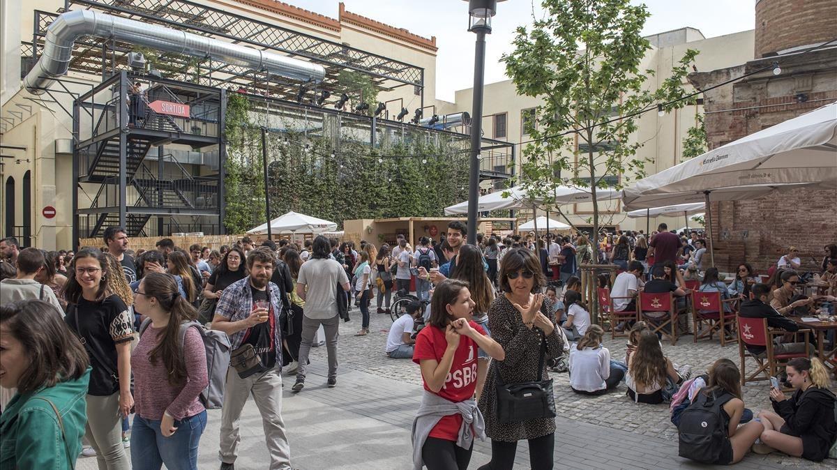 Gente disfrutando de los conciertos de la Antigua Fábrica de Estrella Damm, ayer, en el Día de Sant Jordi.