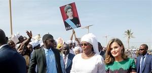 La reina Letizia, acompañada por la primera dama de Senegal, Marième Faye Sall, esposa del presidente de Senegal Macky Sall, en Dakar.