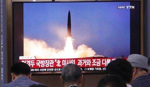 La gente mira un televisor que muestra una imagen de archivo del lanzamiento de misiles de Corea del Norte durante un programa de noticias en la estación de trenes de Seúl en Seúl, Corea del Sur, miércoles 31 de julio de 2019