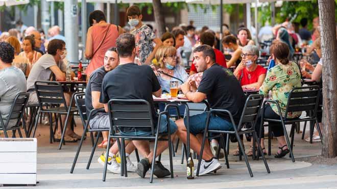 La Generalitat prohibirá a partir de esta medianoche toda salida y entrada de Lleida y otros siete municipios de la comarca del Segrià, salvo para actividades esenciales, y ha limitado las salidas de casa de los ciudadanos de esas poblaciones a necesidades de fuerza mayor.