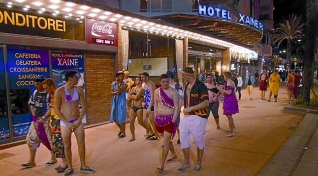 Un grupo de turistas británicos pasean disfrazados por las calles de Lloret el pasado mes de abril, cuando se celebró el 'Lloretfest'.