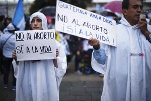 """Unos 15.000 guatemaltecos se manifestaron en las calles para expresar su rechazo al aborto y apoyar la familia """"natural"""", en una marcha que la denominaron Guate por la vida y la familia."""