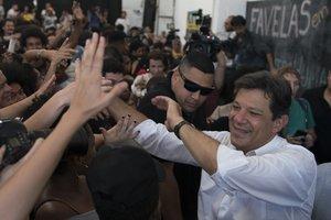 Haddad, candidato presidencial por el Partido de los Trabajadores, recibe el apoyo de sus seguidores.
