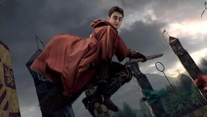 Harry Potter jugando a quidditch en un fotograma de El Cáliz de Fuego.