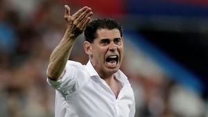 Hierro da instrucciones en Sochi a los jugadores de España ante Portugal.