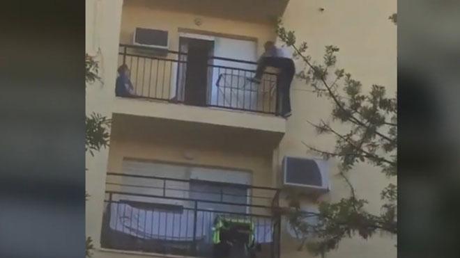 Un hombre de Bormujos (Sevilla) trepa por la fachada para rescatar a unas vecinas durante un incendio.
