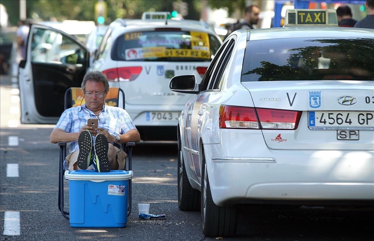 Un taxista en huelga, en la concentración de taxis del paseo de la Castellana de Madrid.