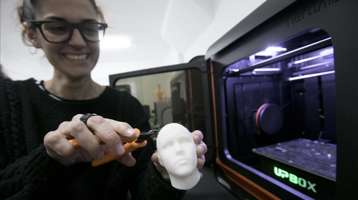 María Torras retoca una cabeza de Justin Bieber recién salida de una impresora de EntresD. Incluye un agujero a medida para encajar un vibrador. Las gafas que lleva puestas también están impresas en 3D.
