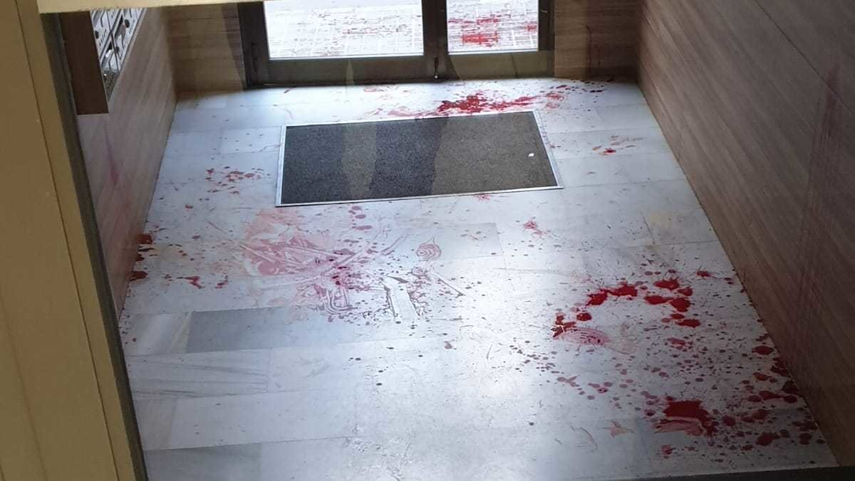 El rellano del edificio de Igualada donde los Mossos encontraron al hombre apuñalado.