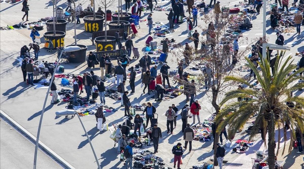 Imagen aérea de los puestos de venta ambulante, en el tramo de la Meridiana con Independència.
